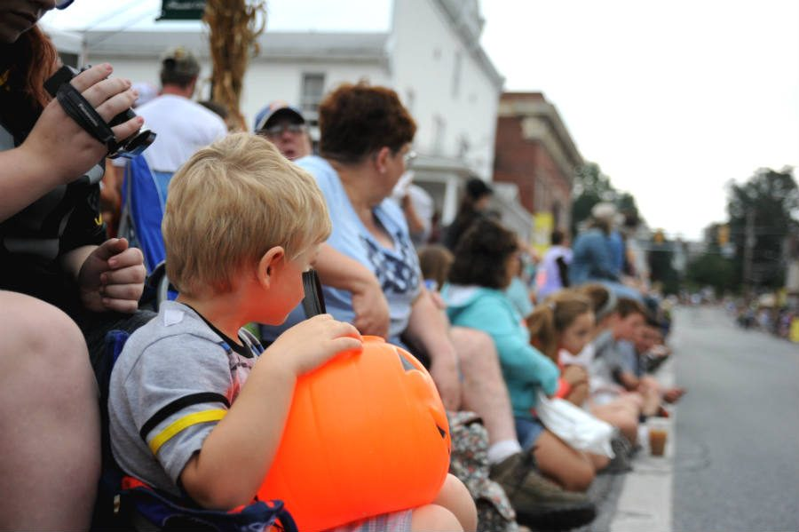 Children+and+adults+alike+line+Main+Street+in+Middletown+as+they+await+the+start+of+the+Heritage+Day+Parade.+Heritage+Day%2C+held+Sept.+24+this+year%2C+is+an+annual+fall+tradition+in+the+town.