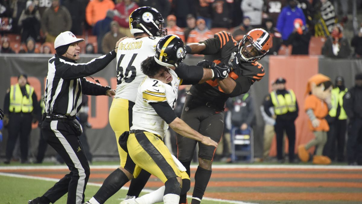 Myles Garrett attacks Mason Rudolph with his own helmet