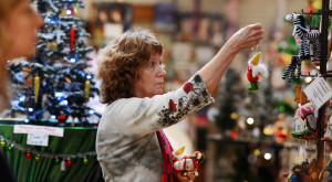Retailers mix holiday tunes, scents to spur Christmas sales